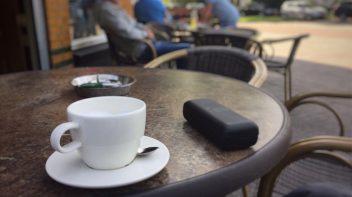 Aan de koffie